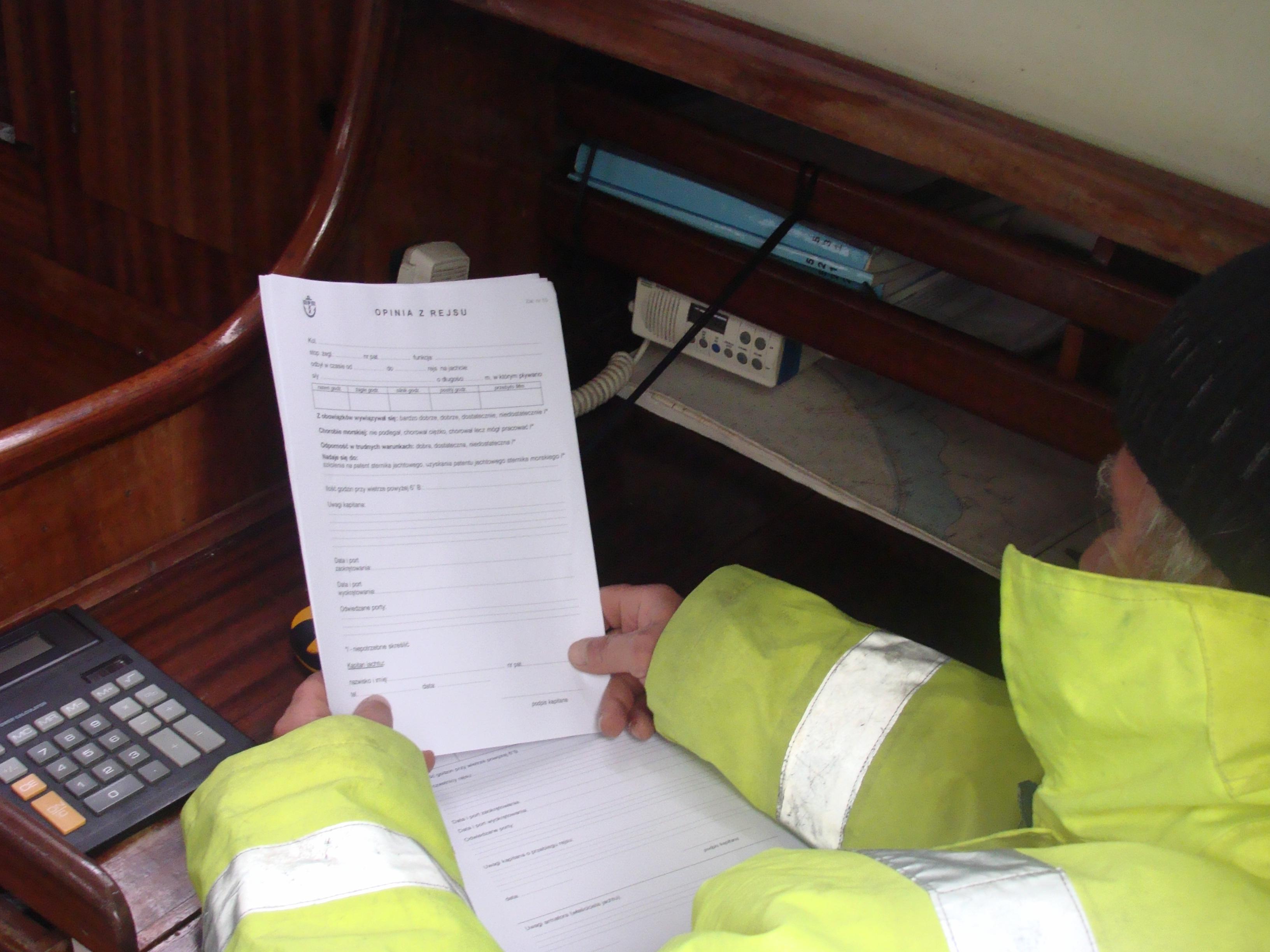 Kapitan przygotowuje się do wypisania opinii z rejsu