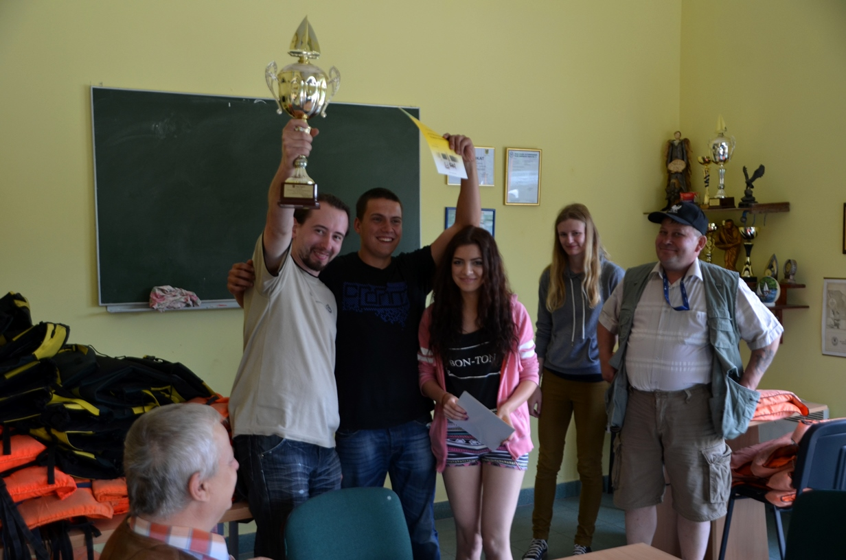 Zwycięska załoga z trofeum w rękach. Fot. Malwina Wantoch-Rekowska